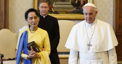 Pope meets Suu Kyi, fails to mention Rohingya in speech