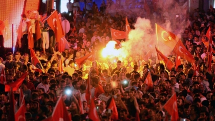 Turkey failed coup: Erdogan supporters on the streets